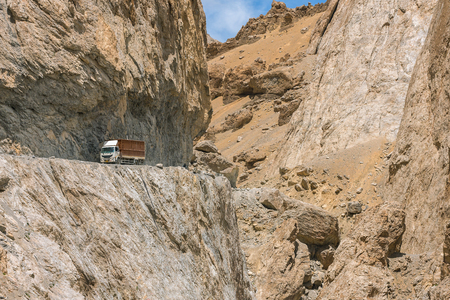 Truck on the high altitude Manali-Leh road in Ladakh, Himalaya mountains, India Foto de archivo - 103824526