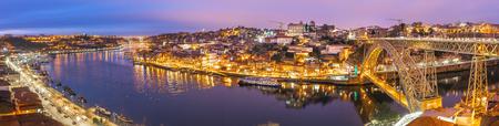 Panorama der historischen Stadt Porto mit der Brücke Ponte Dom Luiz über den Fluss Douro bei Nacht, Portugal Editorial