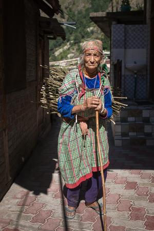 Manikaran, India - June 3, 2017: Portrait of an unidentified senior woman in Manikaran village, Parvati valley, Himachal Pradesh state, India. Éditoriale