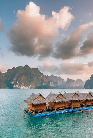 Raft houses on Cheow Lan lake in Khao Sok National Park 版權商用圖片