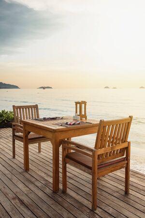Strand im Freien sicher bei Sonnenuntergang auf einer tropischen Insel