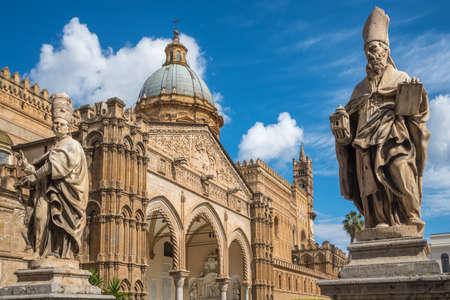 Sculpture in front of Palermo Cathedral Duomo di Palermo church, Sicily, Italy. Banco de Imagens