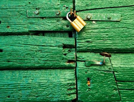 green door with padlock Stock Photo - 18748125