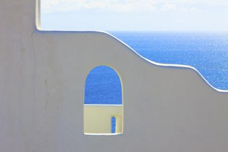 海の背景サントリーニ島ギリシャと白塗りの壁