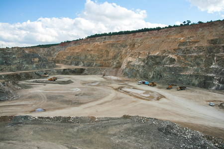 Parte inferior de la minería de superficie y maquinaria en una mina a cielo abierto
