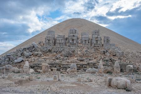 Nemrut Dagi, Anatolien, Türkei, überragt den Gott Apollo und alte Steinstatuen der Ruinen der Göttin Tyche von Commagene