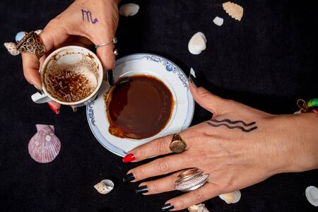 Turkish Coffee  and Fortune Telling female hand. Stockfoto