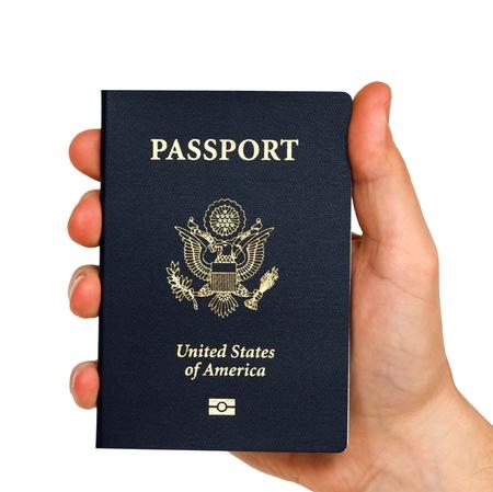 pasaporte: mano que sostiene el pasaporte con nosotros Foto de archivo