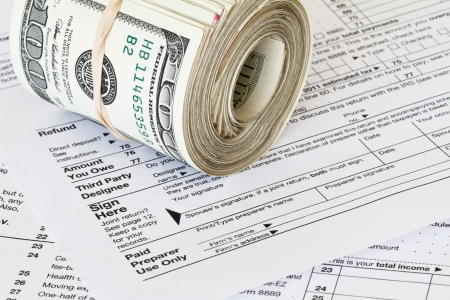 tax return: cash on 1040 tax form Stock Photo