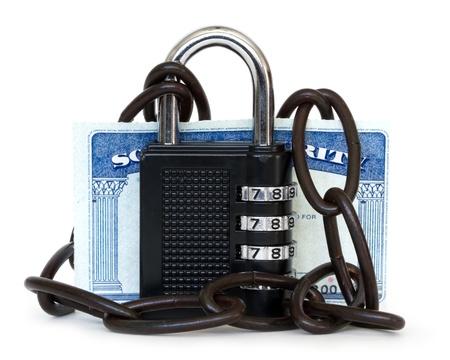 seguridad social: la seguridad social protegido por un candado con cadena