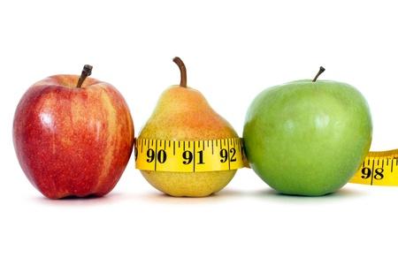 Frutas con una cinta métrica sobre fondo blanco, el camino del truncamiento Foto de archivo - 13196047