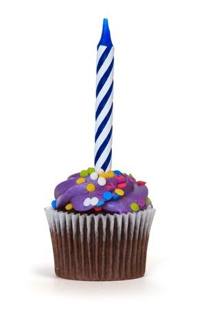 decoracion de pasteles: cupcake con vela sobre fondo blanco Foto de archivo