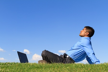 公園でのリラックスした青年実業家