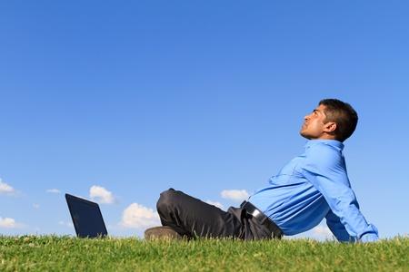 jonge zakenman ontspannen in het park Stockfoto