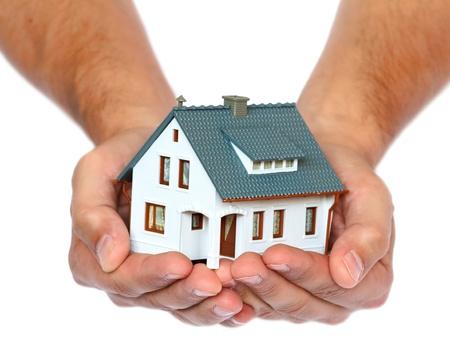 rental house: casa en miniatura en las manos Foto de archivo