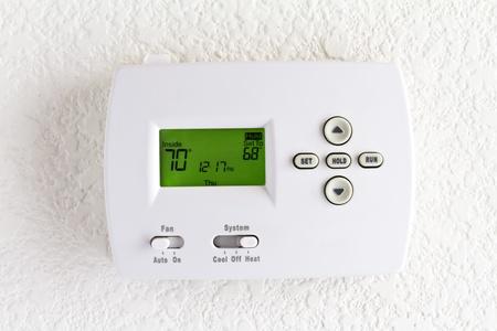 uaktywnić: cyfrowy termostat na białej ścianie Zdjęcie Seryjne