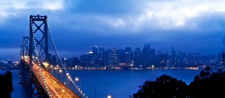 superficie: Puente de la Bahía de San Francisco vista a la ciudad después del atardecer