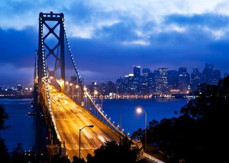 Bay Bridge met San Francisco uitzicht op de stad na zonsondergang