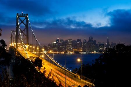 샌프란시스코: 일몰 후 샌프란시스코 시티 뷰와 베이 브릿지 스톡 사진