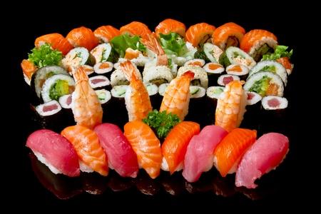 Vielfalt der japanischen Sushi- Standard-Bild - 13521371
