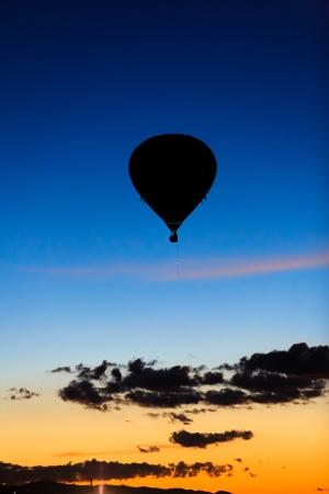Ballon à air chaud avant le lever du soleil Banque d'images - 15127008