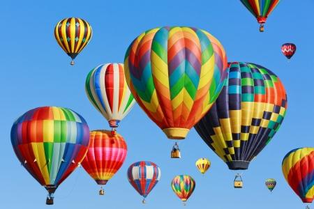 caliente: globos de aire caliente sobre el cielo azul Foto de archivo