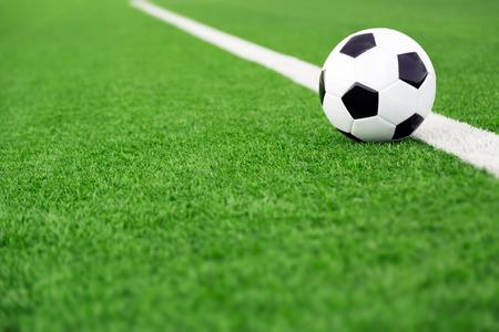 pelota de futbol: Bal�n de f�tbol tradicional en el campo de f�tbol