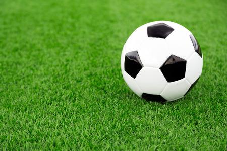 pelota de futbol: Bal�n de f�tbol tradicional en campo de f�tbol