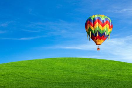 champ vert: Hot vol en montgolfi�re sur le terrain vert Banque d'images