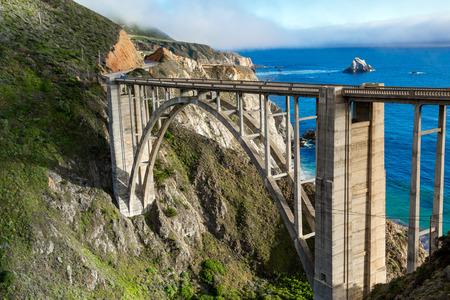 歴史ビックスビー橋、カリフォルニアの海岸