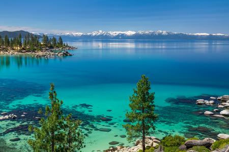 Aguas color turquesa del Lago Tahoe Foto de archivo - 41101345