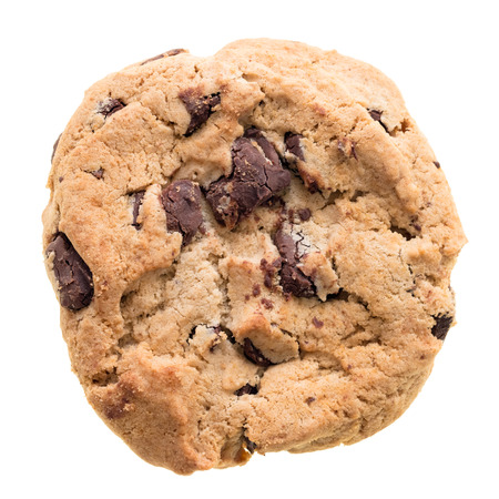 galleta de chocolate: Galletas de chispas de chocolate aisladas sobre fondo blanco