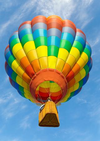 Kleurrijke heteluchtballonnen vliegen omhoog. Stockfoto