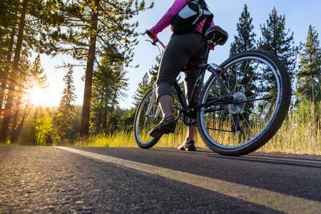 ciclismo: Motorista en el camino de asfalto al atardecer Foto de archivo