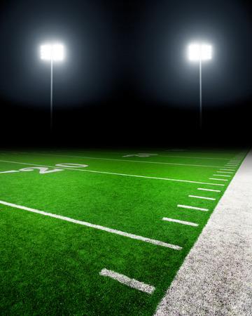 terrain de foot: Terrain de football éclairé par les lumières du stade Banque d'images