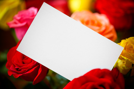papel de notas: Ramo de rosas con papel de nota Foto de archivo