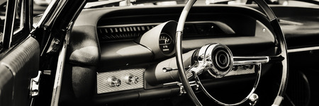 Klasyczny samochód sfotografowany od strony kierowcy