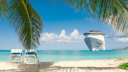 Kreuzfahrtschiff tropischen Strand Standard-Bild - 56868276