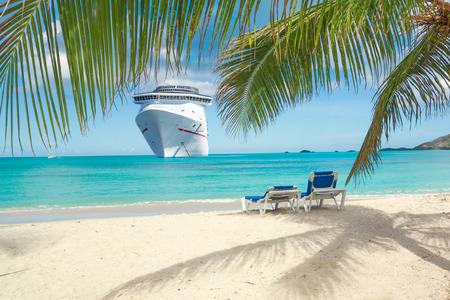 Kreuzfahrtschiff tropischen Strand Standard-Bild - 56868267