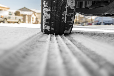 autoband op besneeuwde weg