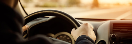 Rijden auto handen op het stuur Stockfoto
