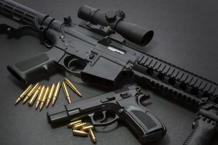 Pistool met geweer en munitie