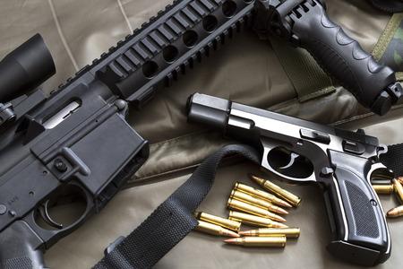Arma de fuego con el rifle y municiones Foto de archivo - 75875496