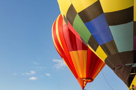 L'air chaud ballons dans le ciel bleu Banque d'images - 85451733