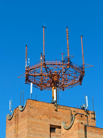 microondas: Teléfono móvil de telecomunicaciones celulares torre de antena de radio. Torre de teléfono celular contra el cielo azul 1