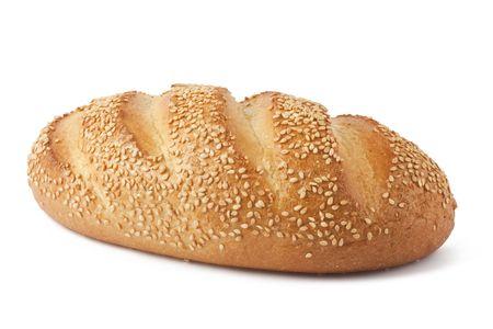 ajonjoli: Larga barra de pan fresco con semillas de s�samo aislados en fondo blanco