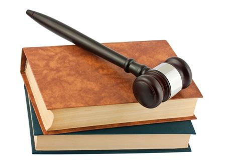 derecho penal: libros y martillo madera aisladas sobre fondo blanco Foto de archivo