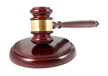 martillo juez: Mazo de madera de color marrón sobre fondo blanco