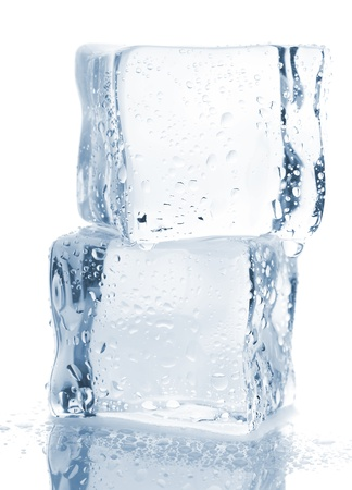 cubetti di ghiaccio: Due cubetti di ghiaccio con gocce d'acqua isolato su sfondo bianco Archivio Fotografico