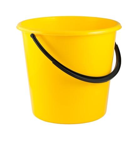 seau d eau: Seau en plastique jaune isolé sur fond blanc Banque d'images